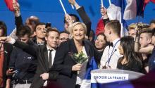 La líder del Frente Nacional (FN),MarineLePen, se dirige a sus simpatizantes durante un mitin en Villepinte en el norte de París (Francia) ayer, 1 de mayo de 2017. EFE/Etienne Laurent