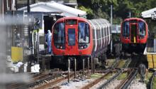 """Several passengers have suffered burns in the face by an apparent explosion on a London subway train at Parsons Green station in the south-west of the British capital, the media said Monday. British Foreign Minister Boris Johnson today called for """"calm"""" and stressed the importance of """"not speculating"""" on the nature of the blast. EFE / Andy Rain"""
