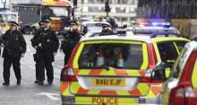 """Agentes de policía británicos en el lugar del tiroteo ante el Parlamento en Londres, Reino Unido, hoy, 22 de marzo de 2017. Un policía ha sido apuñalado hoy ante el Parlamento y el atacante """"ha sido disparado"""" por las fuerzas del orden, dijo hoy el líder de la Cámara de los Comunes, el diputado conservador David Lidington. EFE/Andy Rain"""