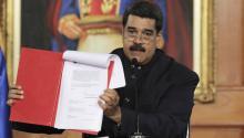 Fotografía cedida por la oficina prensa del Palacio de Miraflores, del presidente de Venezuela,NicolásMaduro, muestra el documento del decreto que da vía a un proceso constituyenteayer, lunes 1 de mayo de 2017, en Caracas (Venezuela).EFE/PRENSA MIRAFLORES