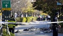 Miembros de la unidad de emergencias retiran el cuerpo de una víctima mortal el martes 31 de octubre de 2017, después de un incidente donde, según las primeras informaciones, un hombre arrolló con una camioneta a varias personas en un carril bici en el centro de Nueva York (EE. UU.).EFE/JASON SZENES