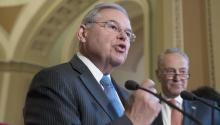New Jersey Democratic Senator Bob Menendez (c) on Tuesday, July 11, 2017, during a Democratic press conference at the Capitol in Washington (United States).EFE/MICHAEL REYNOLDS
