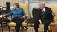 El presidente de EE.UU., Donald J. Trump (d), y la canciller alemana, Angela Merkel (i), durante su reunión en el Despacho Oval de la Casa Blanca en Washington, Estados Unidos, hoy 17 de marzo de 2017. EFE/Pat Benic