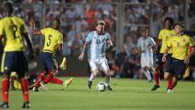 Lionel Messi (c) de Argentina en acción Colombia,en el partido por las eliminatorias sudamericanas entre Argentina y Colombia para la Copa Mundo Rusia 2018, en el estadio San Juan Del Bicentenario, en San Juan (Argentina). EFE
