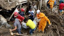 Miembros de los equipos de emergencia rescatan el cuerpo de una mujer hoy, domingo 2 de abril de 2017, luego de una avalancha que afectó 17 barrios de la ciudad y que dejó más de 200 muertos enMocoa, Putumayo (Colombia).EFE/LEONARDO MUÑOZ