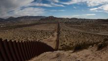 Vista generalde la barda fronteriza que divide al estado de Texas - NuevoMéxico(i) y Ciudad Juárez (México) (d).EFE/Alejandro Bringas
