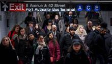 Pasajeros entran en la estación de metro localizada bajo la estación de autobuses Autoridad del Puerto, en donde ayer Akayed Ullah intentó perpetrar un atentado terrorista, en NuevaYork(Estados Unidos).EFE/ Justin Lane