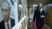 El líder del partido ruso de la oposición, AlexéiNavalny, pasa delante de un retrato del presidente ruso, Vladímir Putin, a su llegada a la emisora de radio Eco de Moscú en Moscú, Rusia, el14 de diciembre de 2016. AlekséiNavalnyanunció ayer que se presentará como candidato en las próximas elecciones presidenciales del 2018. EFE/Maxim Shipenkov