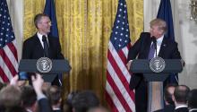 El presidente de Estados Unidos, Donald Trump (d), y el secretario general de La Organización del Tratado del Atlántico Norte (OTAN), Jens Stoltenberg, bromean durante una conferencia de prensa conjuntaayer, miércoles 12 de abril de 2017, en el Salón Este de la Casa Blanca, en Washington, DC. EFE/SHAWN THEW
