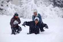 El presidente Obama jugando en la nieve con sus hijas (The White House (Pete Souza),via Wikimedia Commons).