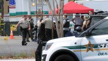 La policía bloquea la entrada principal de una empresa deOrlando(Florida) en donde un exempleado, que había sido despedido en abril, mató a 6 personas para después quitarse la vida hoy, lunes 5 de junio del 2017.EFE/JOSUE MORA RODAS