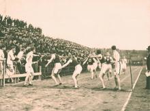 Un equipo universitario de relevos de una milla compitiendo en el Franklin Field en 1906. Archivo de la Universidad de Pennsylvania.