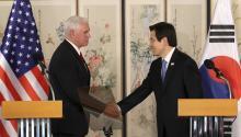 Pence visitó hoy la zona desmilitarizada (DMZ) que separa a las dos Coreas en un momento de máxima tensión con la delNortedebido a sus repetidos ensayos armamentísticos. EFE/Acting President Prime Minister
