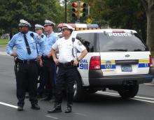 Oficiales de la policía de Filadelfia en el estacionamiento Ben Franklin. Foto cortesía de Wikimedia.