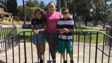 Arleth y José, de 12 y 10 años respectivamente, viajaron solos desde Guatemala para encontrarse con su madre, Vanessa, en California. Foto de Isaias Alvarado. Fuente: Univisión.