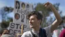 Un hombre grita consignas durante una marcha en apoyo a los inmigrantes y refugiados en San Diego, California, EE.UU. el 18 de Febrero del 2017. EFE/EPA/DAVID MAUNG