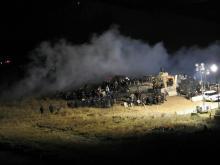 Protestas contra la tubería de crudo en Morton County, North Dakota. 20/11/2016. Una fotografía cortesía del Departamento de Morton County muestra los oficiales de policías envueltos en una disputa contra los manifestantes del Backwater Bridge, en el norte de un campamento de protesta en Morton County, North Dakota. EE.UU.