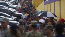 Personas damnificadas por el paso del huracán María hacen fila para recibir del ejército sus raciones de suministros el miércoles 18 de octubre de 2017, en Las Piedras (PuertoRico). EFE/Thais Llorca