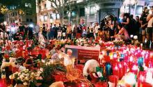 Transeúntes, locales y turistas, rinden homenaje a las víctimas del atentado terrorista del 17A en las Ramblas de Barcelona. Foto: Yamily Habib
