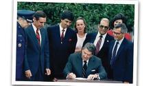 Ronald Reagan, el presidente que instituyó el Mes de la Herencia Hispana en todo el país, en agosto de 1988. Archivo particular.
