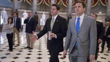 El presidente de la Cámara baja, PaulRyan(c), camina por la Sala Nacional de las Estatuas en el Capitolio mientras se dirige a una sesión de la Cámara en Washington DC (Estados Unidos) hoy, 24 de marzo de 2017. El presidente, DonaldTrump, sigue apostado por su plan desaludy ha forzado su votación hoy en la Cámara de Representantes, donde los conservadores ya han comenzado sus reuniones para tratar de sofocar una rebelión que amenaza la propuesta legislativa. EFE/Shawn Thew