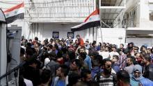 Estudiantes universitarios sirios ondean banderas Nacionales mientras participan en una protesta frente a las oficinas de las Naciones Unidas, en Damasco (Siria) el11 de abril de 2017.EFE/Youssef Badawi