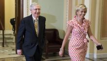 El líder de la mayoría republicana en elSenadode Estados Unidos, Mitch McConnell, a su salida delSenadopara participar en la votación que reemplaza el Obamacare, en el Capitolio de Washington (Estados Unidos) el25 de julio de 2017. EFE/Shawn Thew