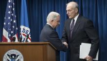 El Fiscal General Jeff Sessions y el Secretario de Seguridad Nacional John Kelly se dan la mano en una rueda de prensa el 06 de marzo de 2017.EPA/MICHAEL REYNOLDS