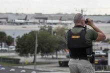 Un alguacil del condado de Broward, Florida, observa la pista del aeropuerto de Fort Lauderdale después de que al menos cinco personas murieran hoy, 6 de enero de 2017, en un tiroteo en el Aeropuerto Internacional. Foto: EFE/GIORGIO VIERA