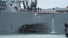 Imagen cedida por la séptima flota de la Marina estadounidense que muestra el casco dañado del destructor USS John S. McCain, enSingapur, el 21 de agosto del 2017. Cinco marineros estadounidenses resultaron heridos y otros diez se encuentran desaparecidos después de que colisionasen este destructor y el petrolero Alnic MC en aguas del estrecho deSingapur. EFE/Marina Estadounidense