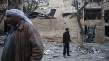 La gente inspecciona edificios dañados después de un ataque aéreo en Douma, Siria, 07 de abril de 2017. Hubo más de 15 víctimasen un ataqueperpretrado porel ejército sirioenlas zonas de oposición en torno a Damasco. (Damasco, Siria).EFE/EPA/Mohammed Badra