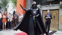 Un fanático deStarWarsvestido como Darth Vader participa en un concurso de disfraces antes del estreno de la última película deStarWars'Rogue One: AStarWarsStory'en el Teatro Chino en Hollywood, en Los Ángeles (EE.UU.). EFE/MIKE NELSON