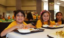 """Foto: """"Summer kids eat lunch - Flickr - USDAgov"""" by U.S. Department of Agriculture - Summer kids eat lunch. Licensed under CC BY 2.0 via Wikimedia Commons -"""