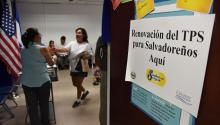 Foto de archivo: Una salvadoreña tramita la renovación de su Estatus de Protección Temporal (TPS) el2 de septiembre 2016, en el consulado de El Salvador en Los Ángeles, California.EFE/Iván Mejía