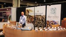 Fotografía del 15 de junio de 2017, de algunos tipos detédurante la última edición del World Tea Expo, en Las Vegas (Nevada).EFE/Felipe Guerra