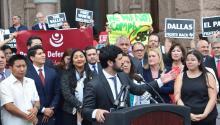"""Las grandes ciudades deTexasinterpondrán una demanda contra el estado deTexaspor la ley recientemente ratificada por el gobernador estatal, que prohíbe las """"ciudades santuario"""" y permite a las autoridades locales cuestionar el estatus migratorio de cualquier persona detenida.EFE/ALEX SEGURA"""