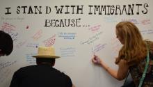 """Varias personas escriben los motivos por los que apoyan a losinmigrantesen Estados Unidos en el acto de presentación de la campaña """"Yodefiendoa losinmigrantes"""" organizado por FWD.us, la asociación creada por líderes tecnológicos partidarios de una nueva política migratoria, ayermartes 13 de junio de 2017, en Austin (Texas)."""