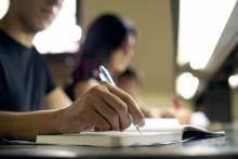 Aumentan los graduados latinos, pero no lo suficiente para cerrar la brecha