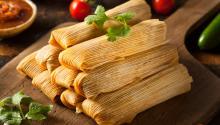 """En la actualidad, no solo se pueden encontrar innumerables recetas de tamales, desde las auténticas (con el tradicional cerdo, pollo y maíz dulce) hasta las gourmet (vegetarianas de zucchini u hongos y ajo asado) y también versiones """"americanizadas"""", como la receta de """"Pastel de Tamal"""" que encontré en el sitio Web de Martha Stewart"""