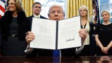 El Supremo elimina algunas de las restricciones al veto migratorio de Trump.