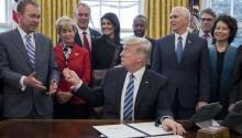 """El presidente estadounidense, Donald Trump (c), entrega un bolígrafo al director de la Oficina de Gestión y Presupuesto (OMB), Mick Mulvaney (Frente i), tras firmar una orden ejecutiva titulada """"Plan Integral para la Reorganización del Poder Ejecutivo"""", en la Casa Blanca, en Washington, Estados Unidos, el 13 de marzo de 2017. EFE/Michael Reynolds"""
