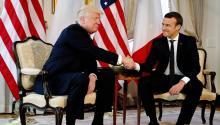 El presidente estadounidense, Donald J.Trump(i), estrecha la mano del presidente francés, EmmanuelMacron, durante su reunión en el marco de la cúmbre de líderes de países de la OTAN, en la residencia del embajador estadounidense en Bruselas, Bélgica, ayer, 25 de mayo de 2017. EFE/PETER DEJONG