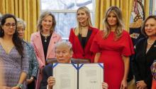 El presidente de EE.UU. Donald J. Trump (c) muestra la Resolución 321 el día martes 28 de febrero de 2017, durante un acto donde firmo dos resoluciones para destacar en las mujeres y jóvenes el estudio y la búsqueda de sus carreras en ciencia, tecnología, ingeniería y matemáticas (STEM), en la Oficina Oval de la Casa Blanca en Washington (EE.UU.). Trump estuvo acompañado por la primera dama Melania Trump (2.d) y su hija Ivanka (c-atrás). EPA/ERIK S. LESSER
