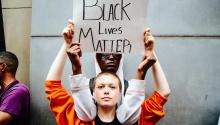 Un grupo de personas protestan fuera de la TorreTrumpen Nueva York (Estados Unidos) el lunes 14 de agosto de 2017.Trumpllegaa Nueva York por primera vez desde que se convirtió en presidente. EFE/ALBA VIGARAY