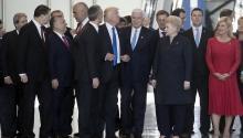 El presidente estadounidense, Donald J.Trump(c), pasa junto al primer ministro de Montenegro, Dusko Markovic (cd), mientras intenta hacerse hueco para la foto de familia la cumbre de laOTAN, en Bruselas (Bélgica), el 25 de mayo de 2017. EFE/ETIENNE LAURENT