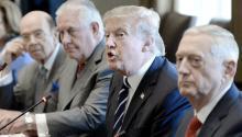 El presidente de EE.UU., Donald J.Trump(2-d), el secretario del Estado de EE.UU., Rex Tillerson (3-d), y el secretario de Defensa, Jim Mattis (d),EFE/Olivier Douliery