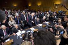 El Secretario de Estado designado, Rex Tillerson (centro) acompañado por (de izq. a derecha) el antiguo Secretario de Defensa, Robert Gates; el antiguo senador de Georgia San Nunn; el senador Ted Cruz, representante de Texas, y el jefe de la mayoría parlamentaria, John Cornyn de Texas, quienes toman asiento en el Capitol Hill en Washington, el día miércoles 11 de enero de 2017, antes de testificar en su audiencia de confirmación frente al Comité de Relaciones Exteriores del Senado. (AP Foto/Steve Helber)