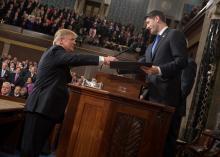 El vocero de la Cámara de Representantes, Paul Ryan, y el Presidente Donald Trump se dan la mano.