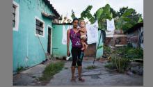 Génesis Cerrato, de 16 años, con su hijo de un año. Junto a toda su familia, ella huyó de Honduras escapando de la violencia en su país de origen. ©ACNUR / Markel Redondo