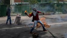 Un manifestante se enfrenta con la policía durante una protesta en contra del Gobierno venezolano hoy, miércoles 19 de abril de 2017, en Caracas (Venezuela).EFE/MIGUEL GUTIERREZ
